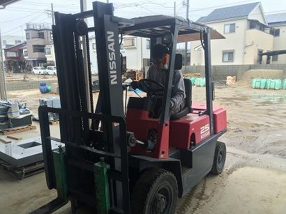 加工し終えた石材を梱包し、トラックに積み込みます。