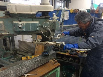 研磨機で石材を磨きます。