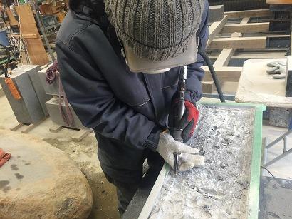 石材に凹をつくります。