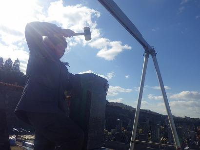 石材を叩き、ゲルを安定させながら、位置、傾き、バランスを調節します。
