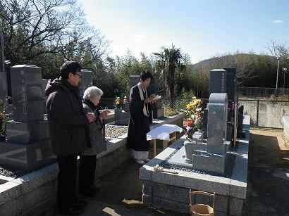 ご住職さまの読経が墓地内に響きます。