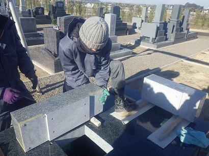 先回の工事でつくった外柵の上に、石材を配置。