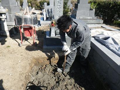 砕石を敷きつめ、土と混ぜて地盤を少し改良します。