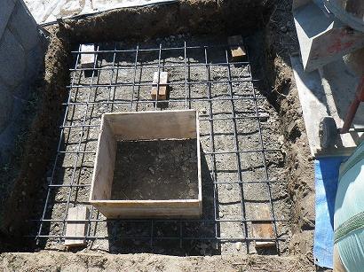 墓所の広さに合わせ、鉄筋を組みます。