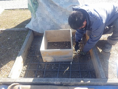 納骨室部分を確保し、鉄筋を周囲に組みます。