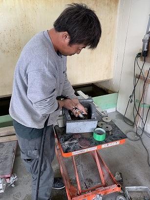 工場で石材加工、環境整備
