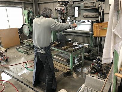 雨のため、工場で石材加工
